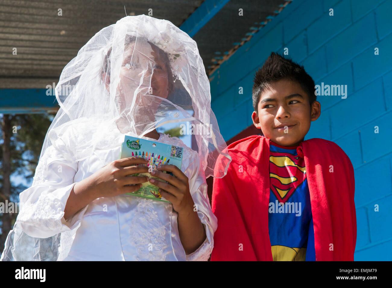 Guatemala, Jalapa, dos escolares vestidas en trajes de carnaval Imagen De Stock