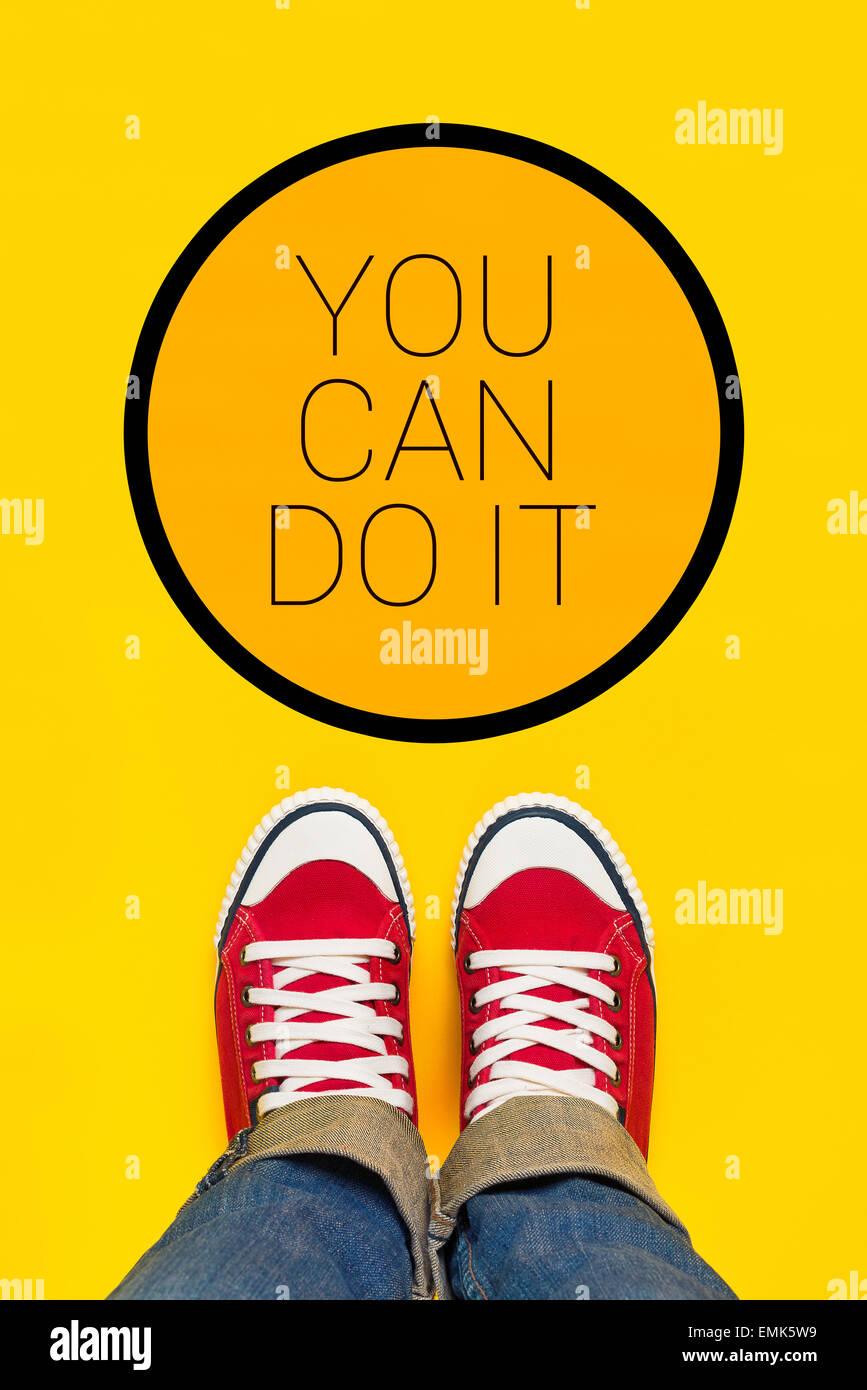 Puede hacerlo mensaje de motivación, la persona adolescente en rojo Zapatillas de pie delante del signo inspirador, Imagen De Stock