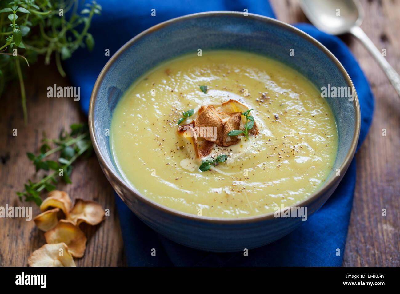 La alcachofa sopa con alcachofa fritas Imagen De Stock