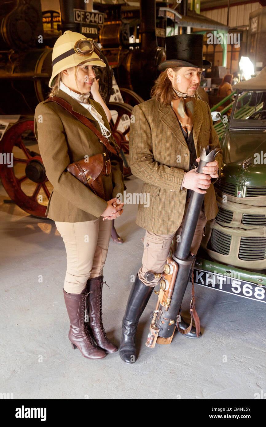 Una joven pareja de disfraces, evento Bres-Steam Steampunk, Bressingham Steam Museum, Norfolk, UK Imagen De Stock