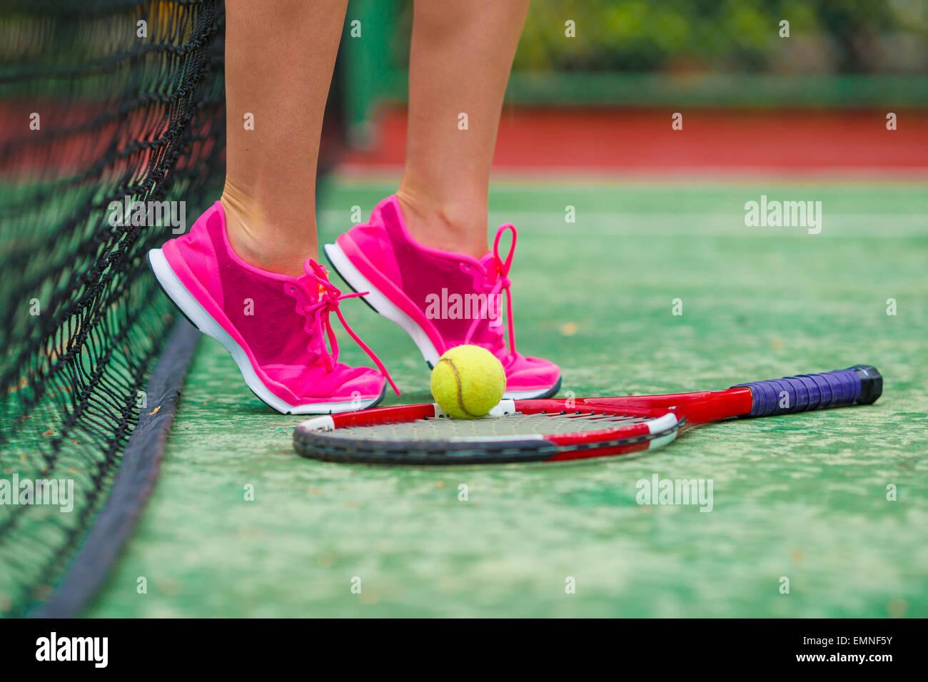 Cerca de zapatillas cerca de la raqueta de tenis y la bola Imagen De Stock