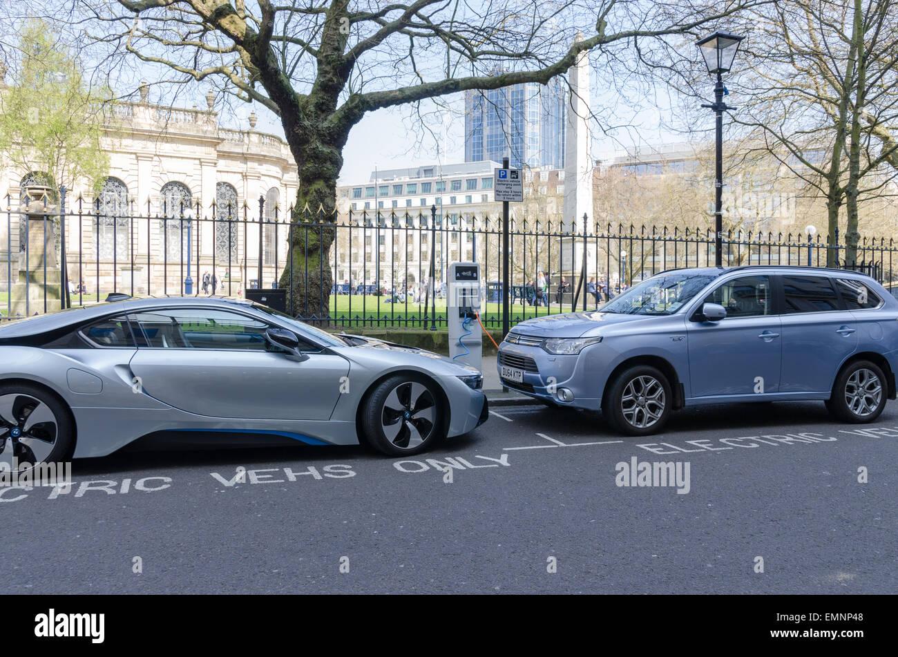 Carga de los coches eléctricos en el centro de la ciudad de Birmingham Imagen De Stock