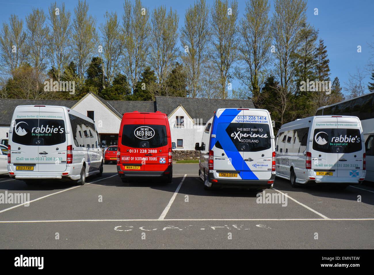 BALMAHA, Loch Lomond & Trossachs National Park, Escocia - Turismo - competir los autobuses de excursión Imagen De Stock
