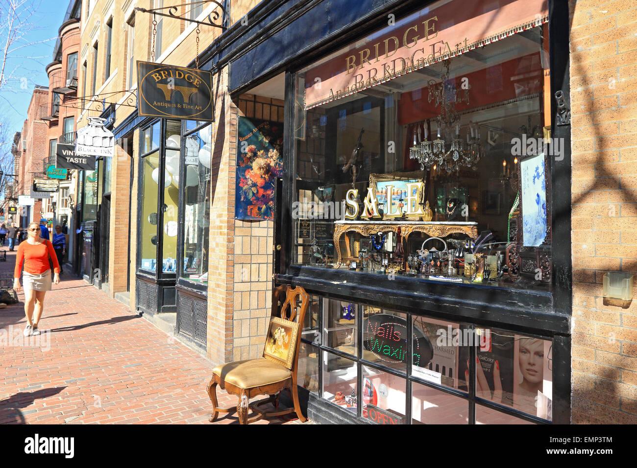 Boston Massachusetts Beacon Hill de Ladrillo con aceras peatonales pasado tienda de antigüedades negocios. Imagen De Stock