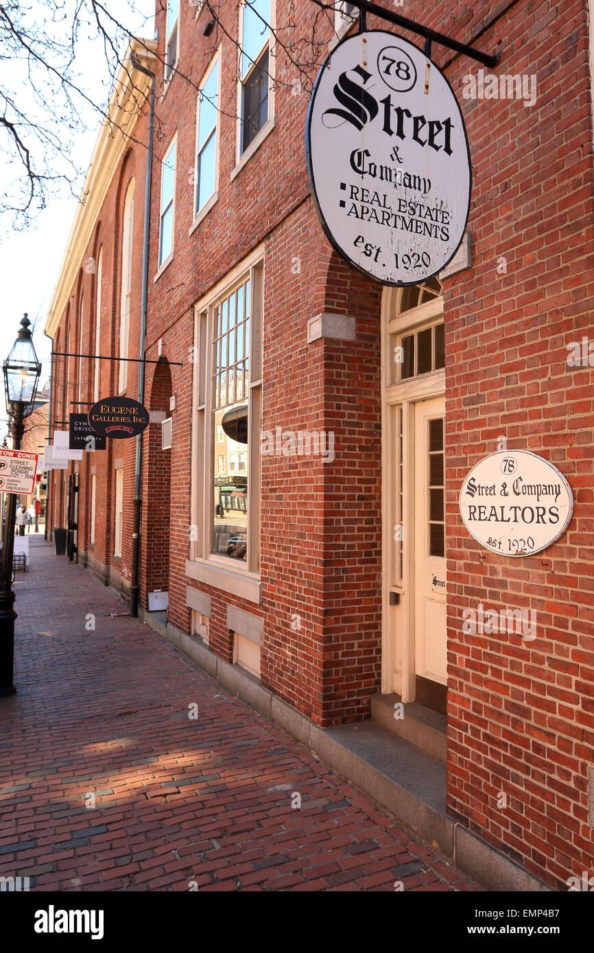 Beacon Hill, Boston Massachusetts acera de ladrillo con lámpara de la calle y signo de negocios inmobiliarios. Imagen De Stock