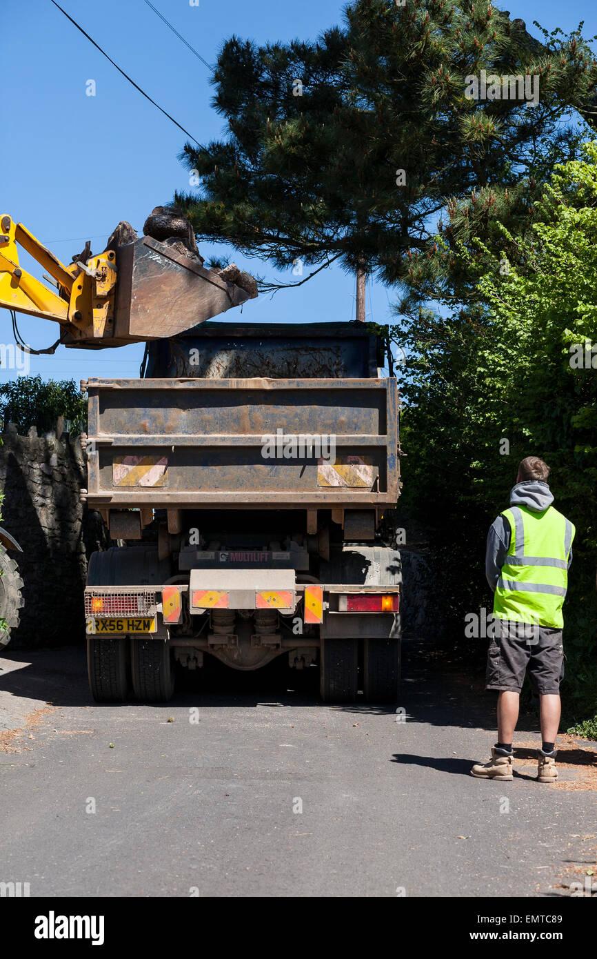 Camión bloqueando village road, Imagen De Stock