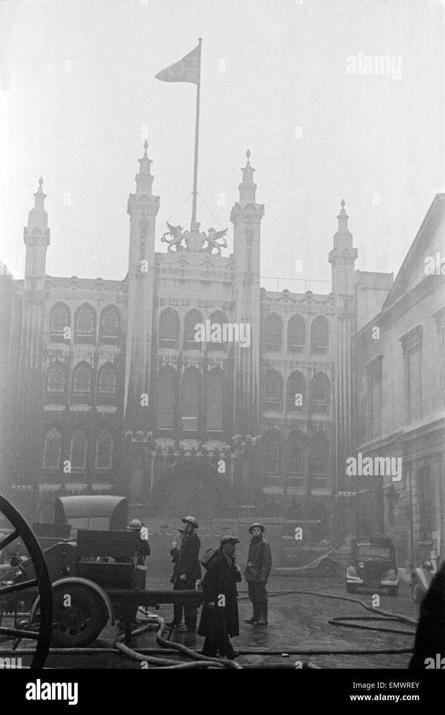 Bomberos fuera el Guildhall después de la noche de bombardeos el 29 de diciembre de 1940. Foto de stock