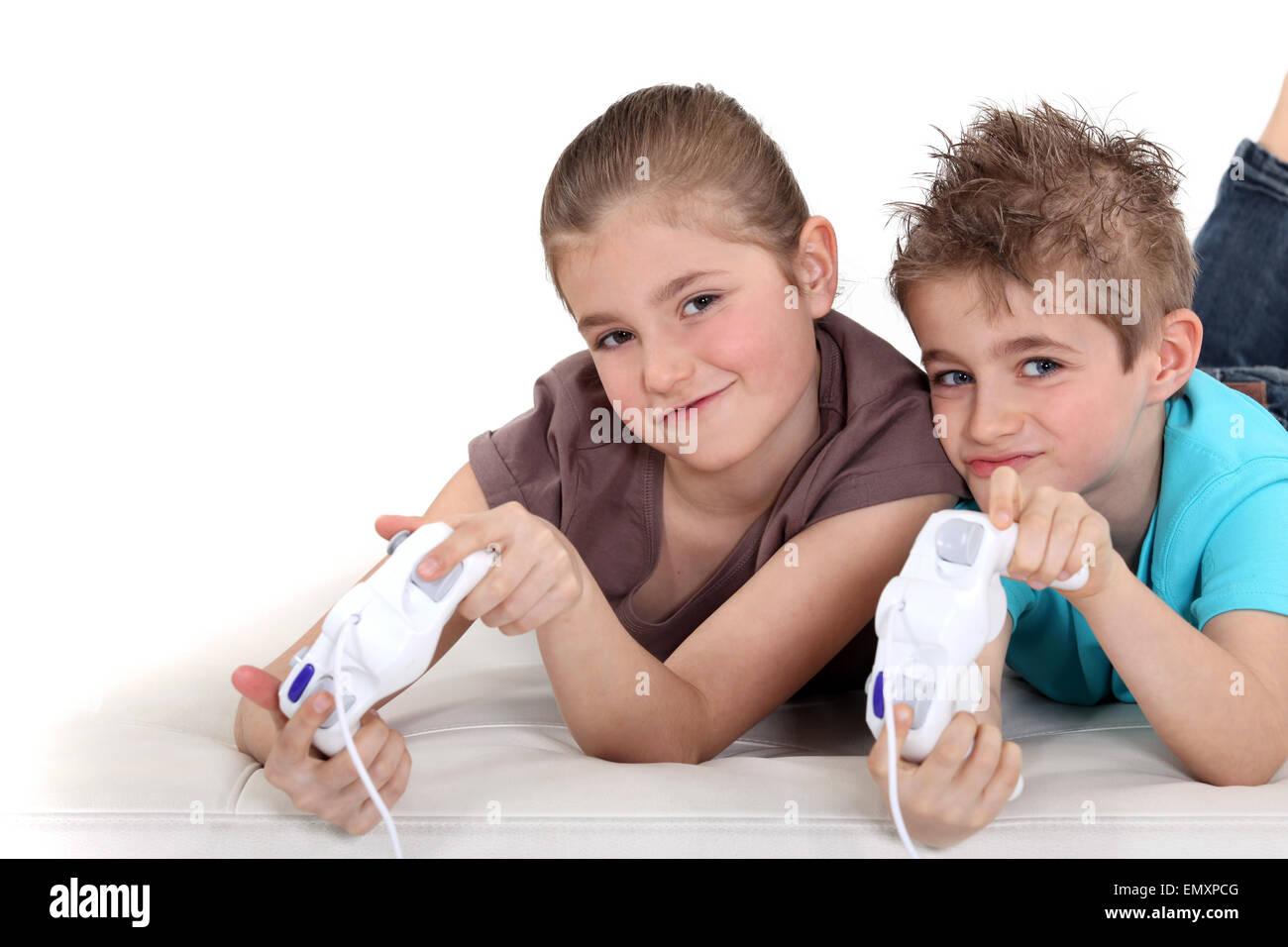 Hermano y hermana jugando juegos de video Foto de stock