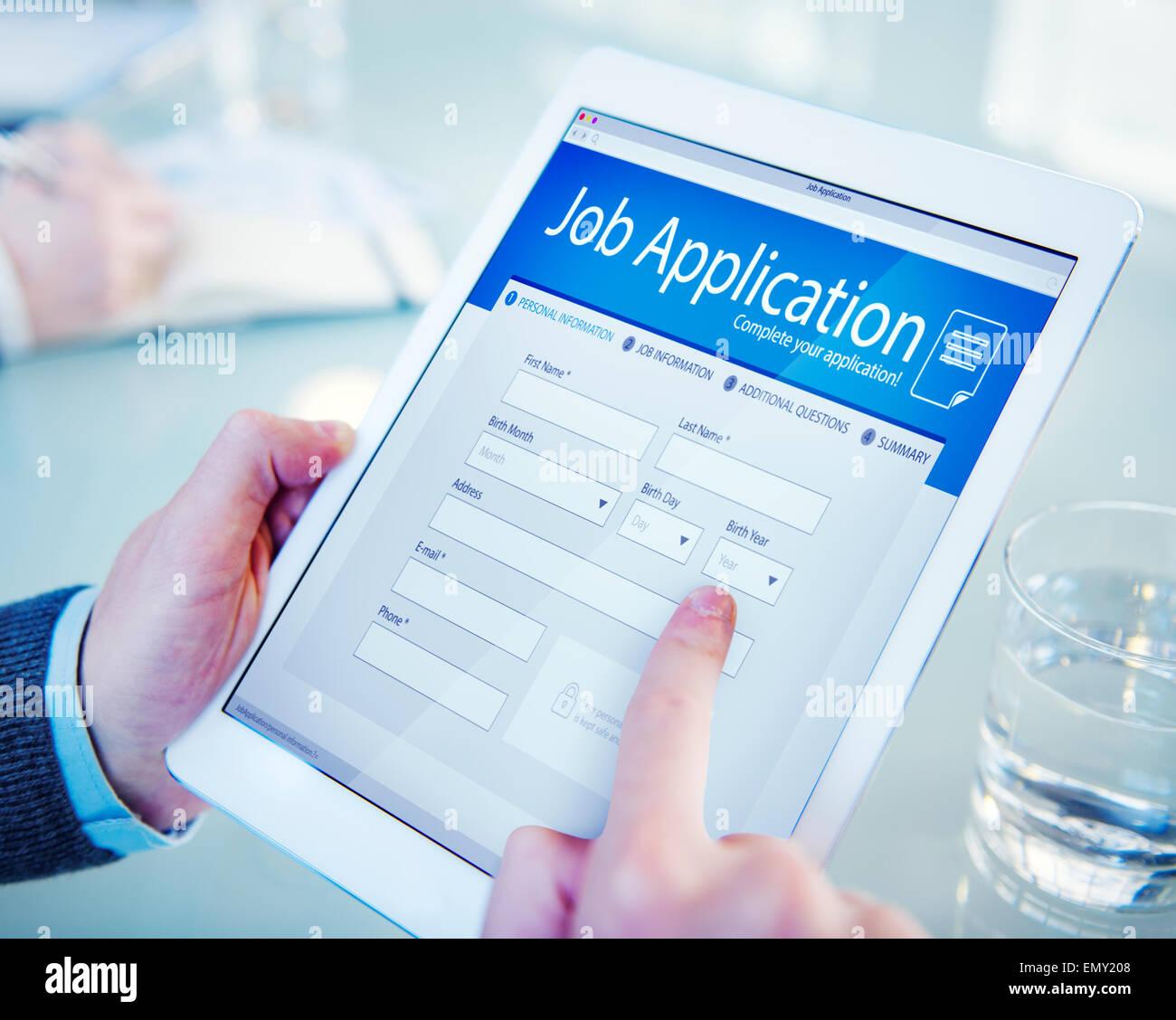 Solicitante llenando la solicitud de trabajo online Imagen De Stock