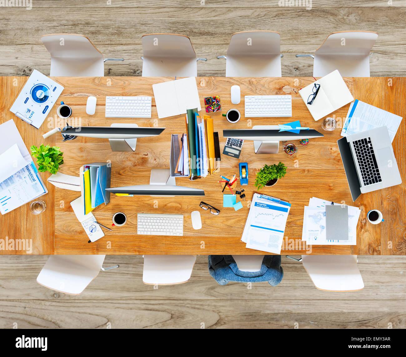 Oficina desordenada con ningún pueblo Imagen De Stock