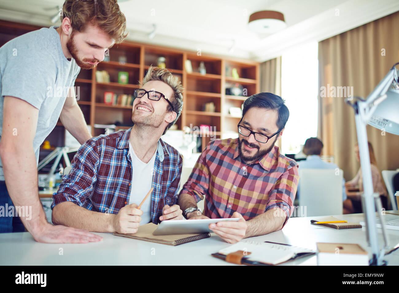 Felices empresarios consulting y compartir ideas en la reunión Foto de stock