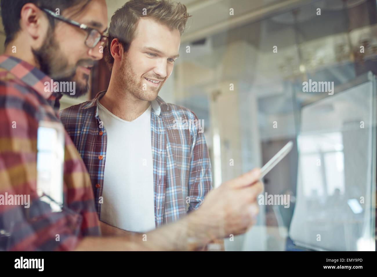 Los empresarios modernos con touchpad en una reunión celebrada en la oficina de consultoría Imagen De Stock