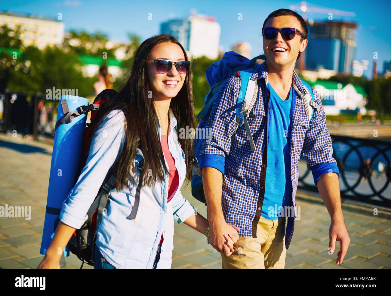 Par afectuoso con mochilas disfrutar de pasear por la ciudad de fin de semana Imagen De Stock