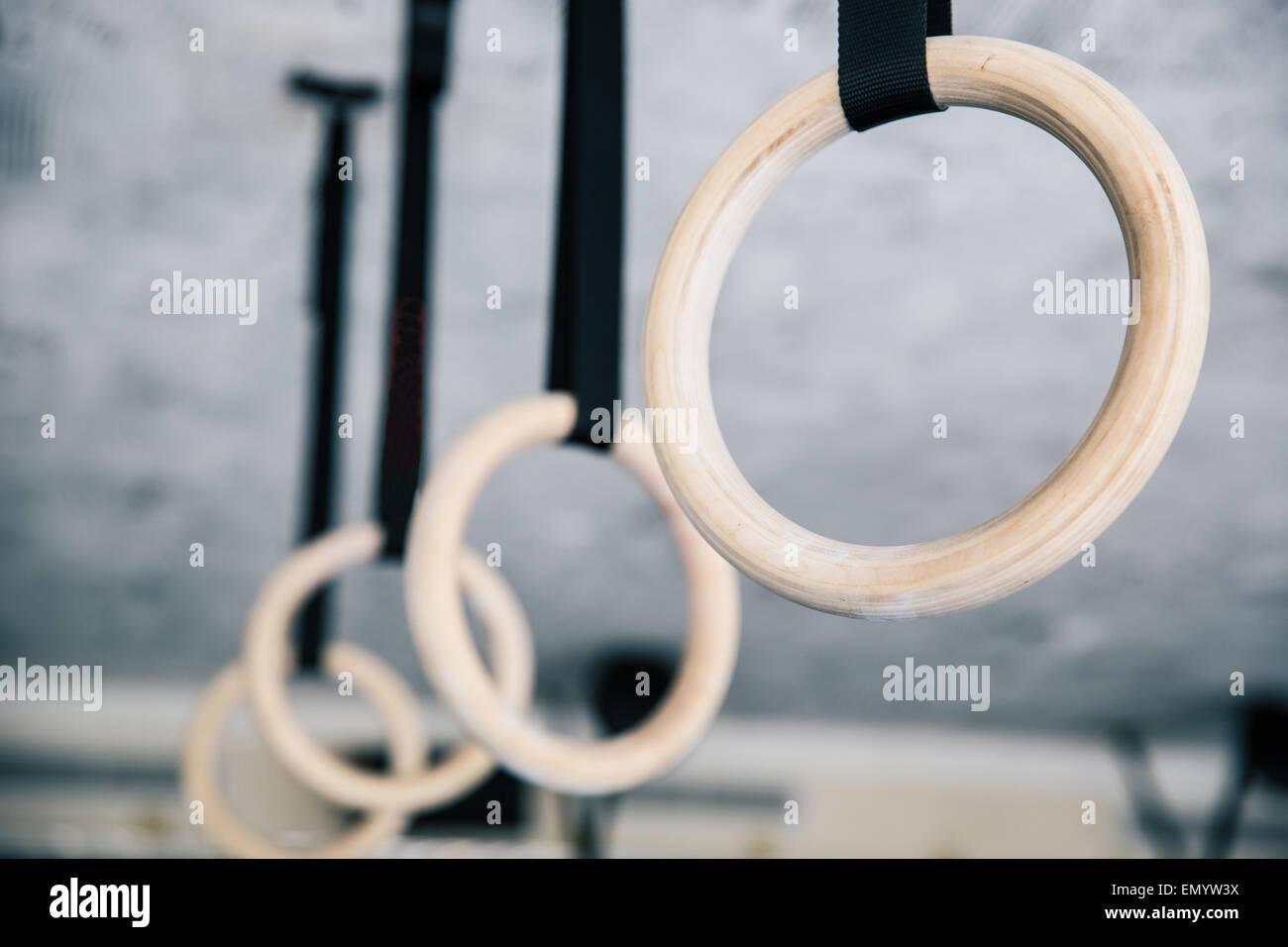 Closeup imagen de fitness en el gimnasio anillos Imagen De Stock