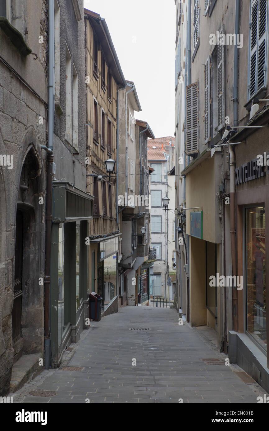 Vista de la calle en la ciudad de Thiers, Francia. Imagen De Stock