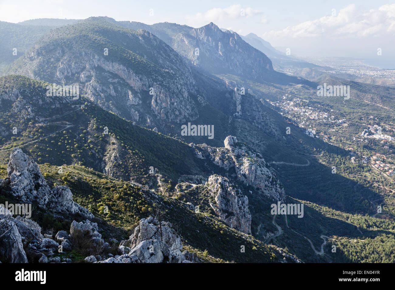 La Kyrenia Cordillera desde el Castillo de San Hilarión, cerca Girne (Kyrenia, Norte de Chipre Foto de stock