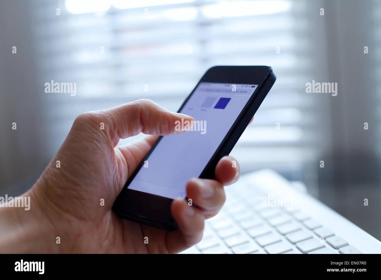 La mano con el smartphone Imagen De Stock