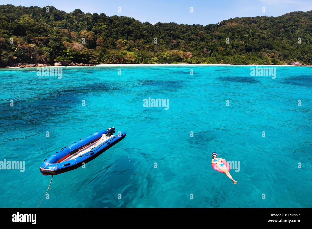Mujer en bikini relajándose en la playa turquesa, vista superior Imagen De Stock