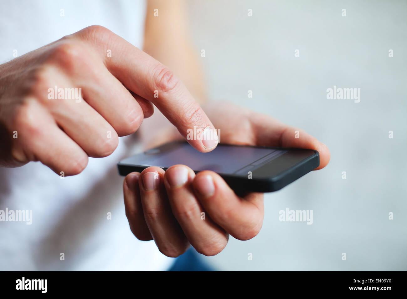 Manos sosteniendo teléfonos inteligentes. Foto de stock