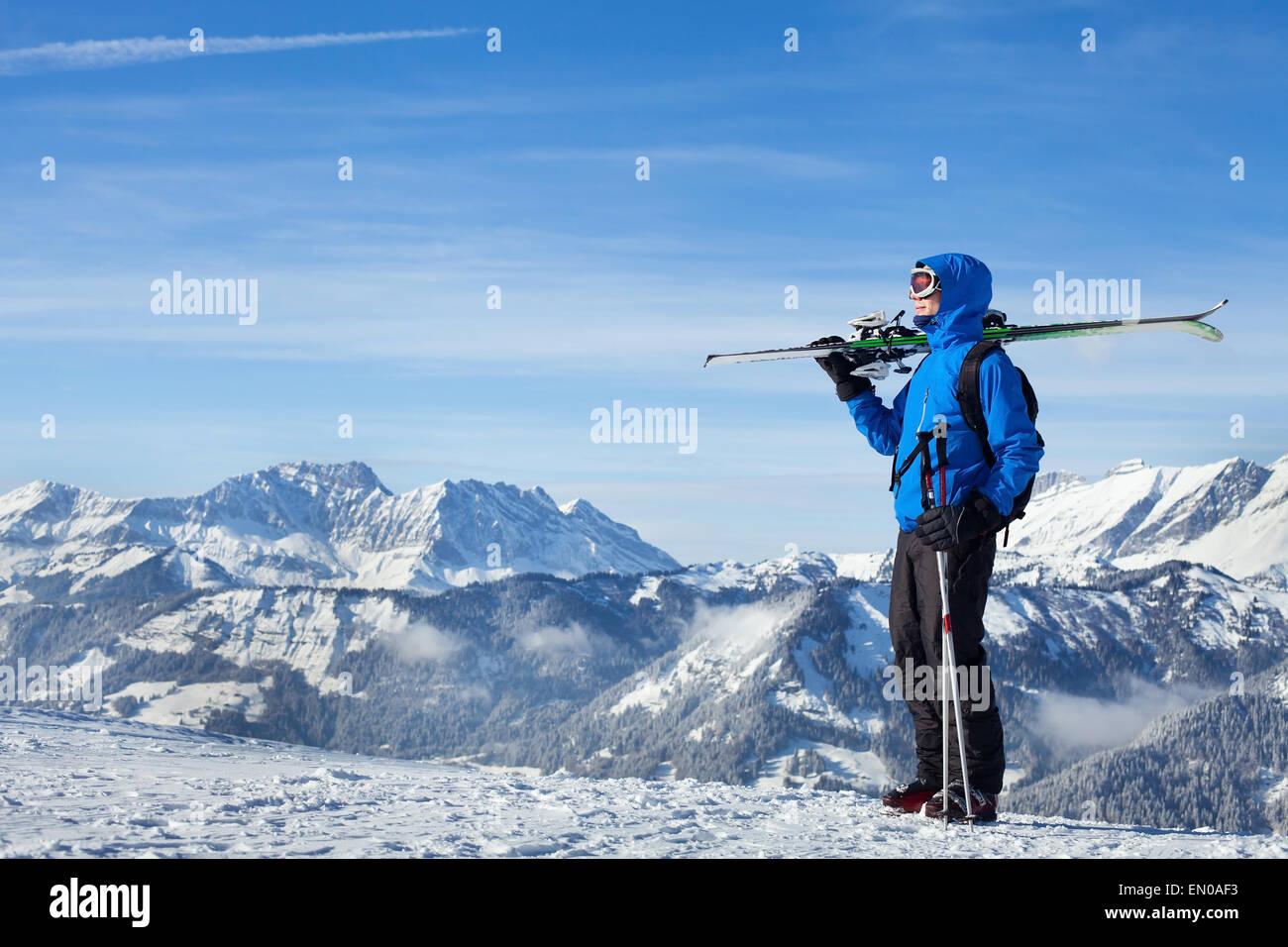 Freestyle de esquí en las montañas alpinas Imagen De Stock