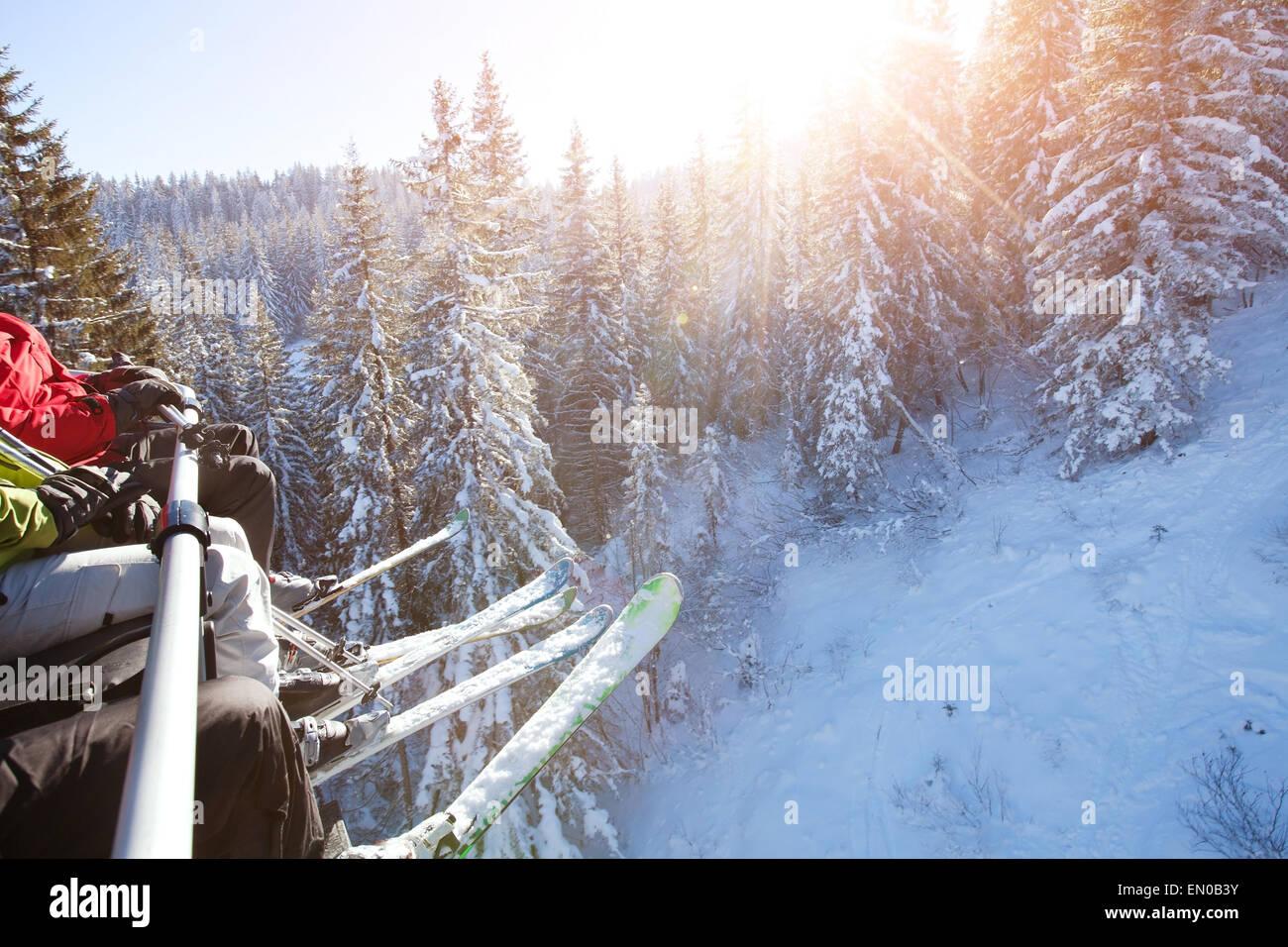 Familia sentada en ski lift Imagen De Stock