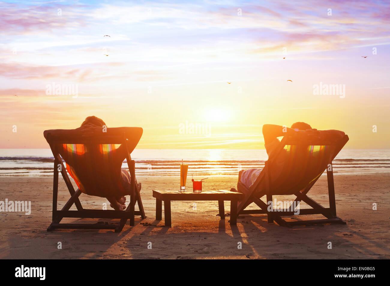 Feliz pareja disfrute del lujo del atardecer en la playa durante las vacaciones de verano Foto de stock