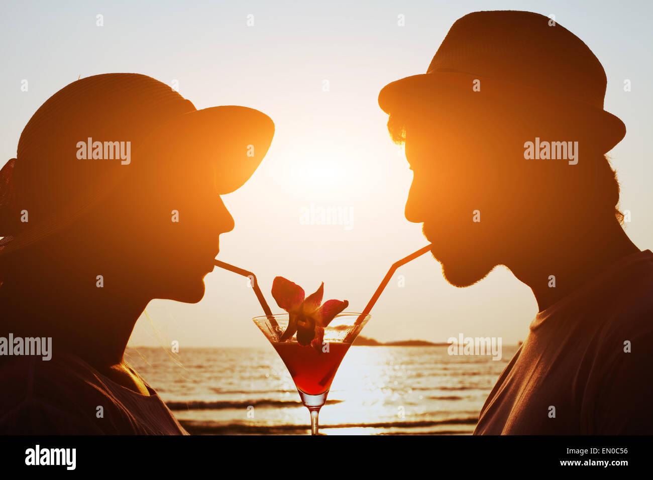 Party Time, pareja de beber cócteles en la playa juntos durante su luna de miel Imagen De Stock