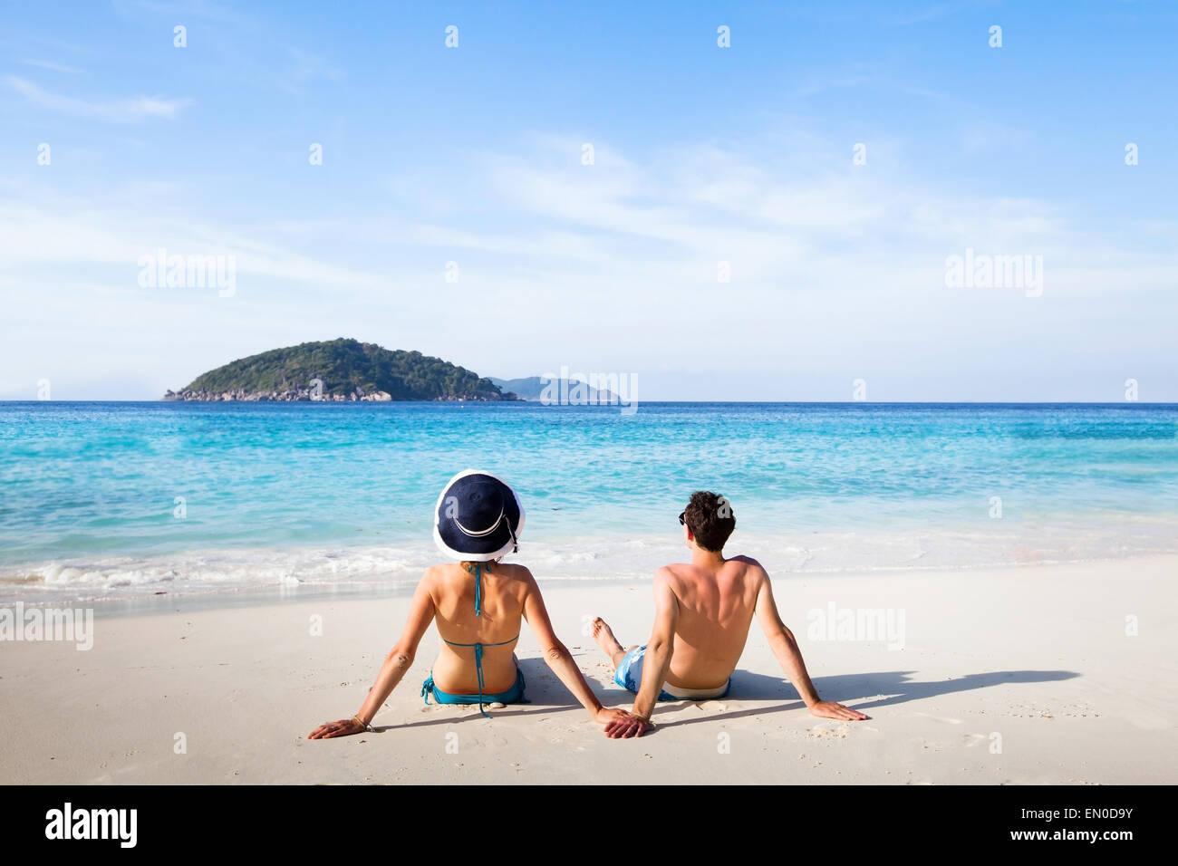 Destino de luna de miel, la joven pareja feliz relax en Paradise Beach Imagen De Stock