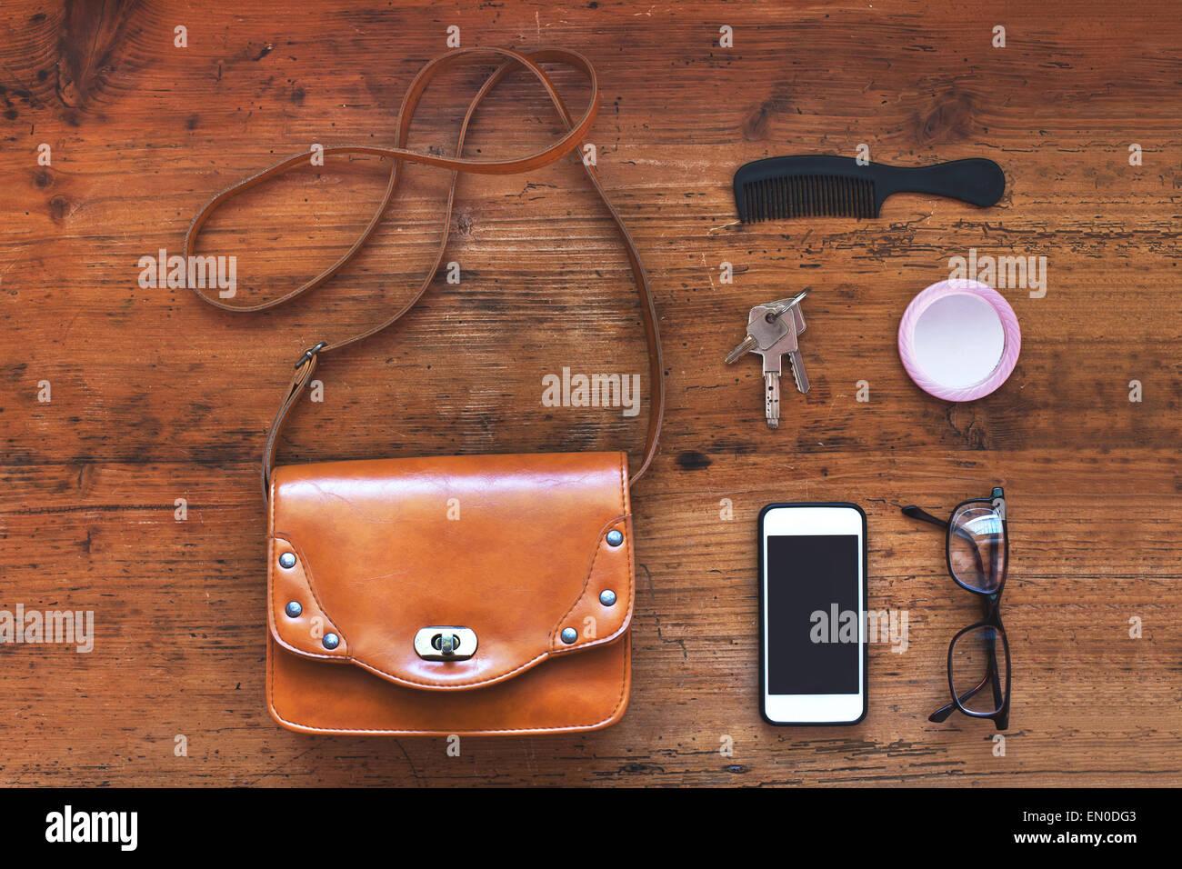 Vista superior de las cosas de la bolsa de mujer Imagen De Stock