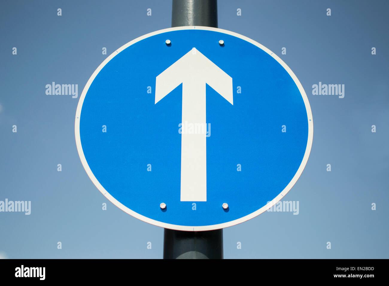1 señal de flecha azul mostrando venidero solamente Imagen De Stock