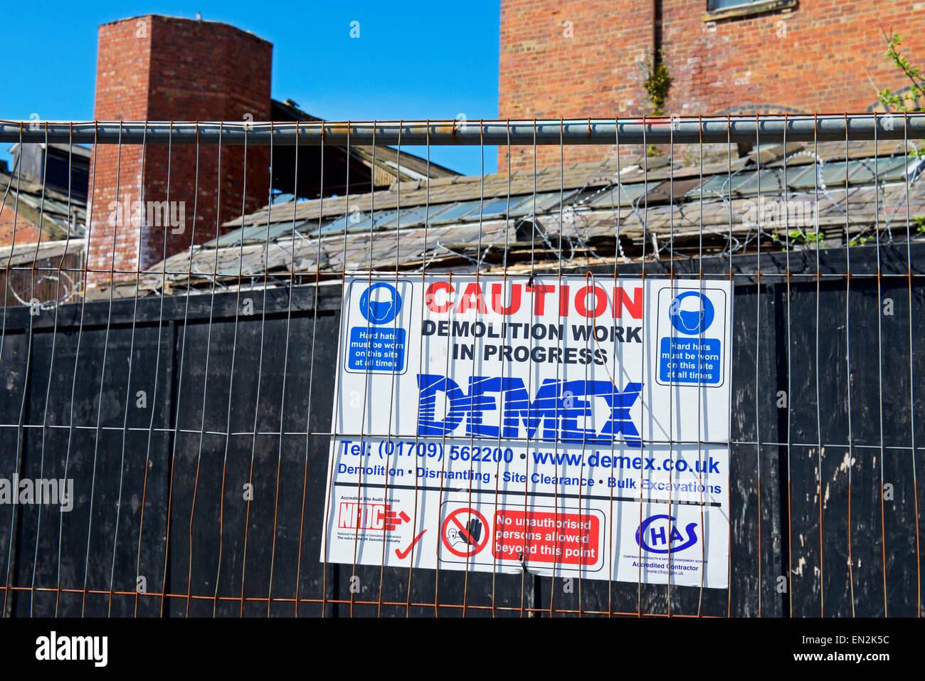 Firmar y cercas alrededor del edificio por ser demolido, Wakefield, West Yorkshire, Inglaterra Imagen De Stock