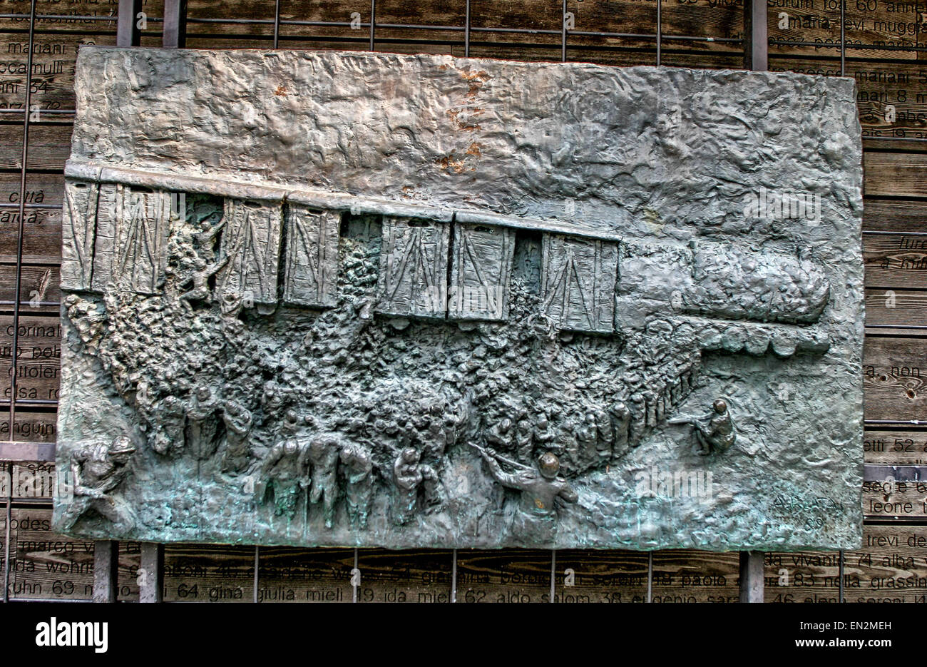 Venecia, Provincia de Venecia, Italia. 7 Oct, 2004. Bajorrelieve de bronce panel que representa el último tren, Foto de stock