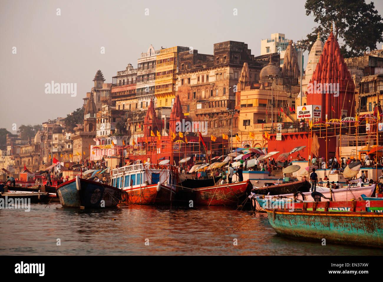 Ghats, barcos y el río Ganges, Varanasi, Uttar Pradesh, India Imagen De Stock