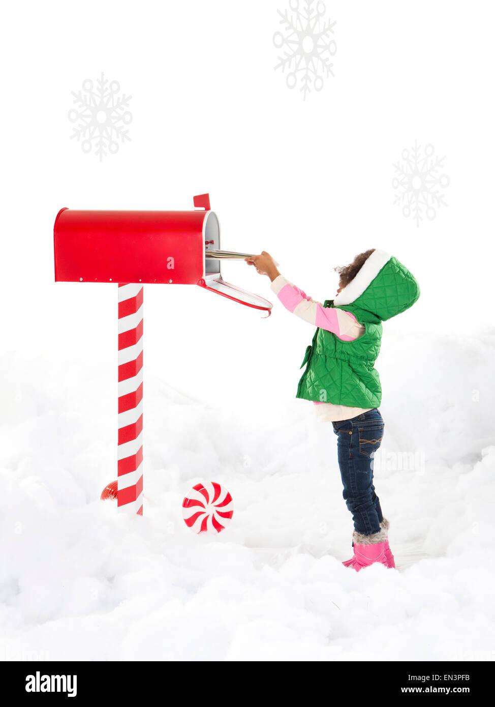 Chica (4-5) Enviar carta a Santa Foto de stock