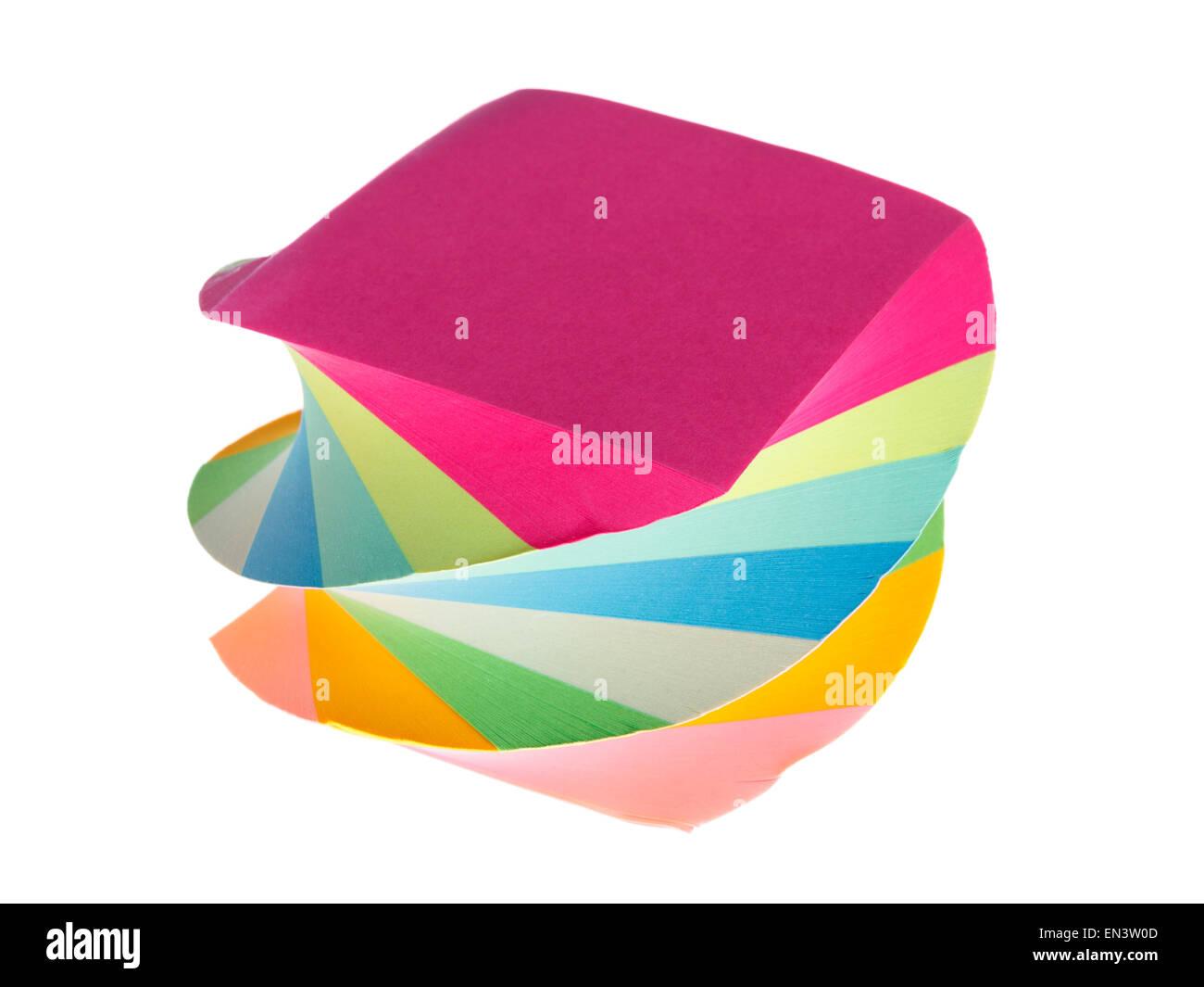 El bloc de notas de color espiral cuaderno la pila de papel en diferentes colores notepad aislado en blanco Imagen De Stock