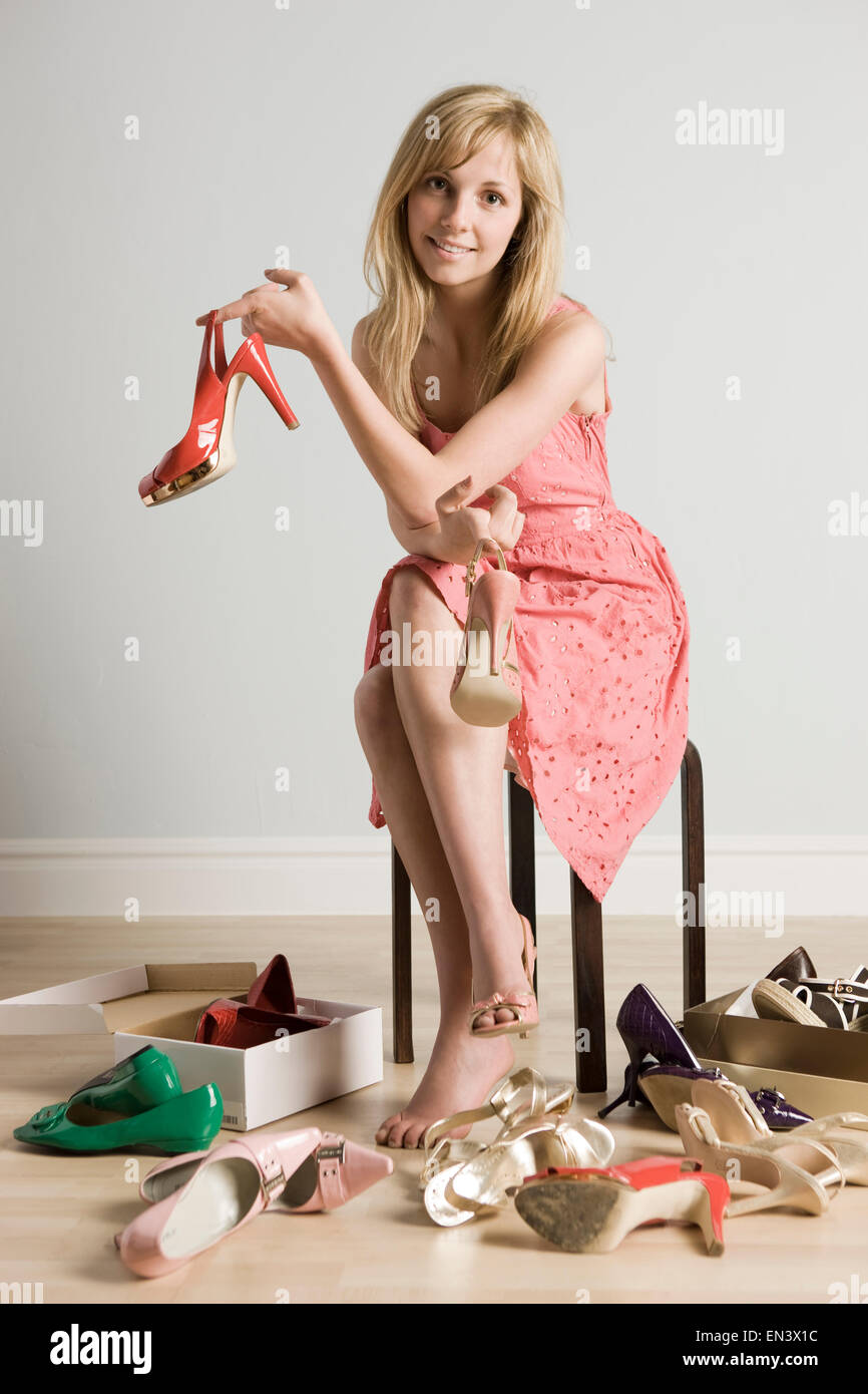 Mujer probándose zapatos Foto & Imagen De Stock: 81835528