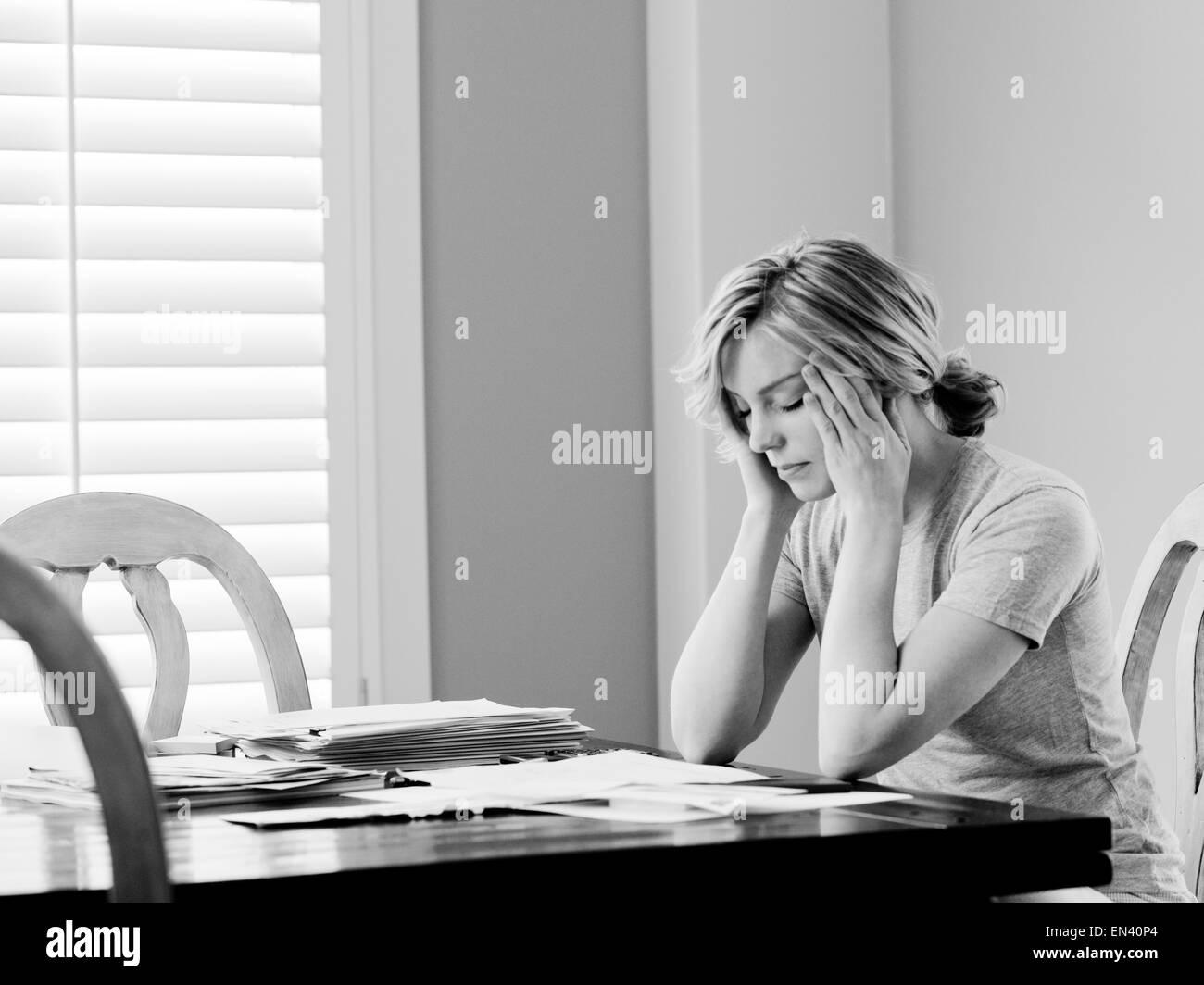 Mujer pagar facturas en la mesa del comedor Imagen De Stock