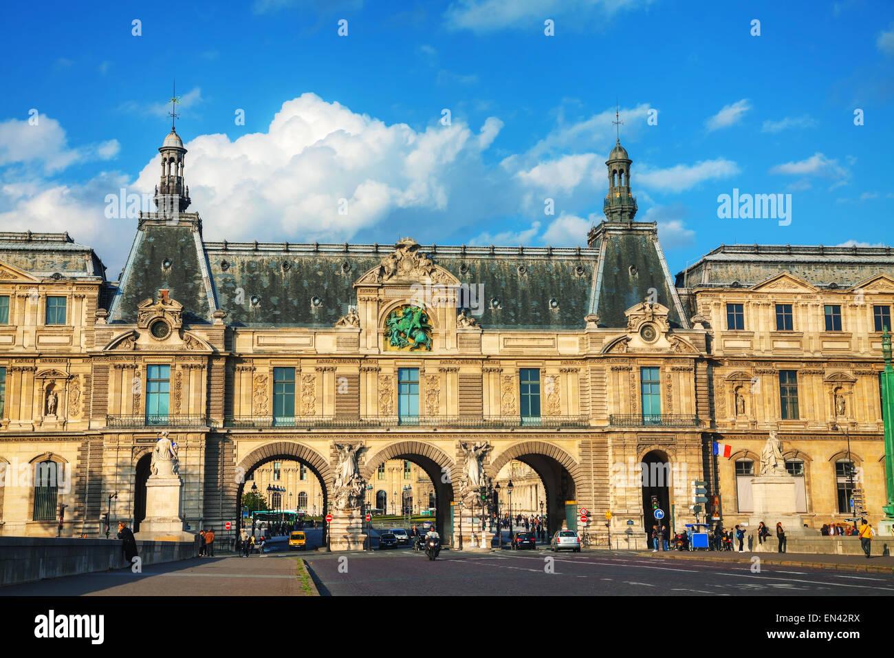 PARIS - 9 de octubre: entrada del Louvre el 9 de octubre de 2014 en París, Francia. El Museo del Louvre es uno de los más grandes del mundo m Foto de stock