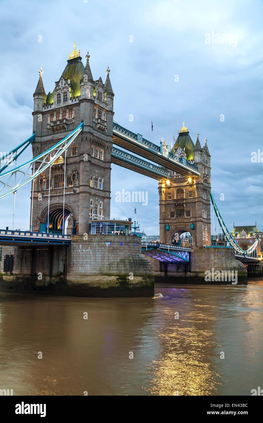 Tower Bridge en Londres, Gran Bretaña en la noche Imagen De Stock