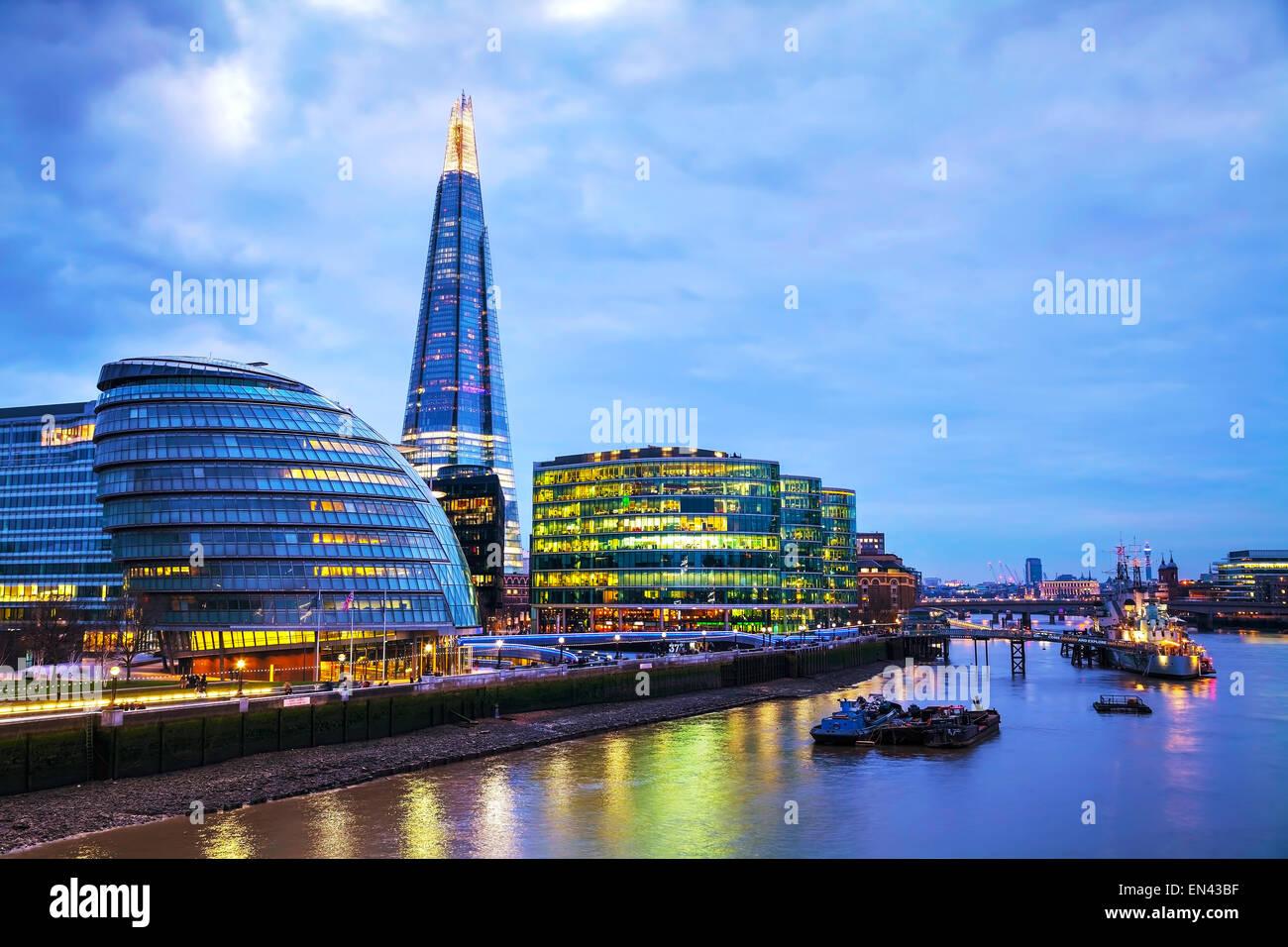 Londres - Abril 4: Visión general de Londres con el Shard de vidrio en Abril 4, 2015 en Londres, Reino Unido. Imagen De Stock
