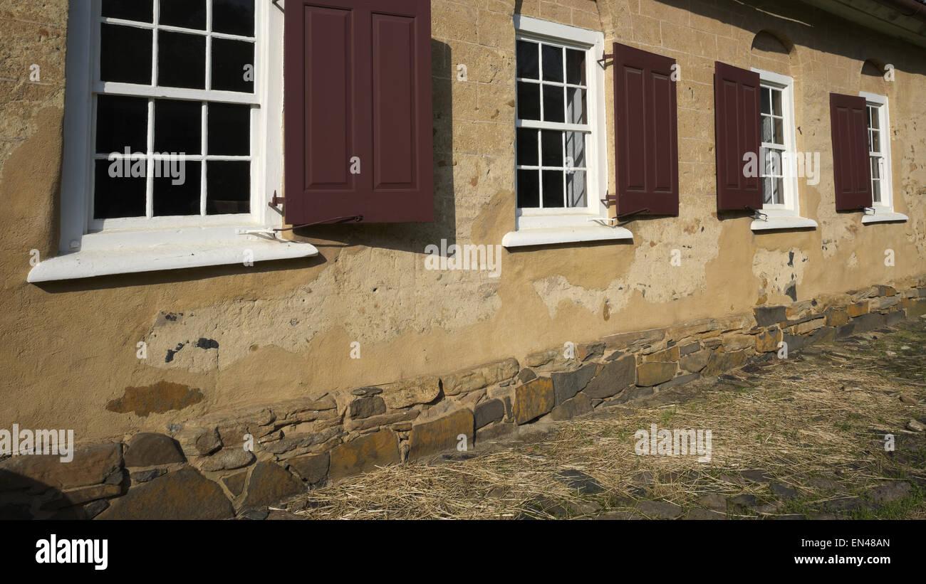Windows en el edificio Gemeinhaus en Bethabara Park en Winston Salem. Gemeinhaus es la única iglesia colonial Imagen De Stock