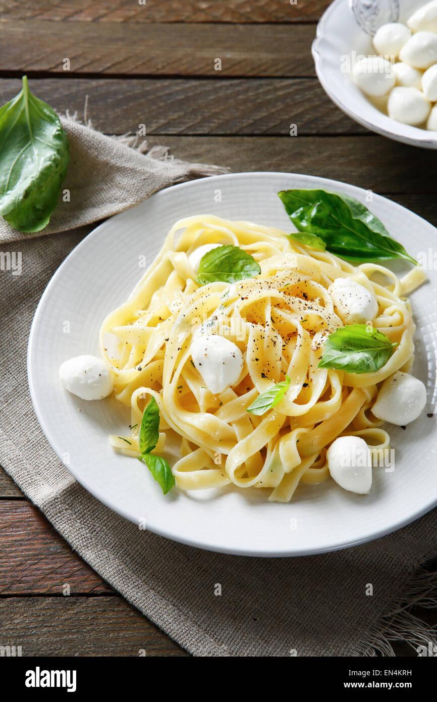 Pasta con queso mozzarella y albahaca, alimentos Imagen De Stock