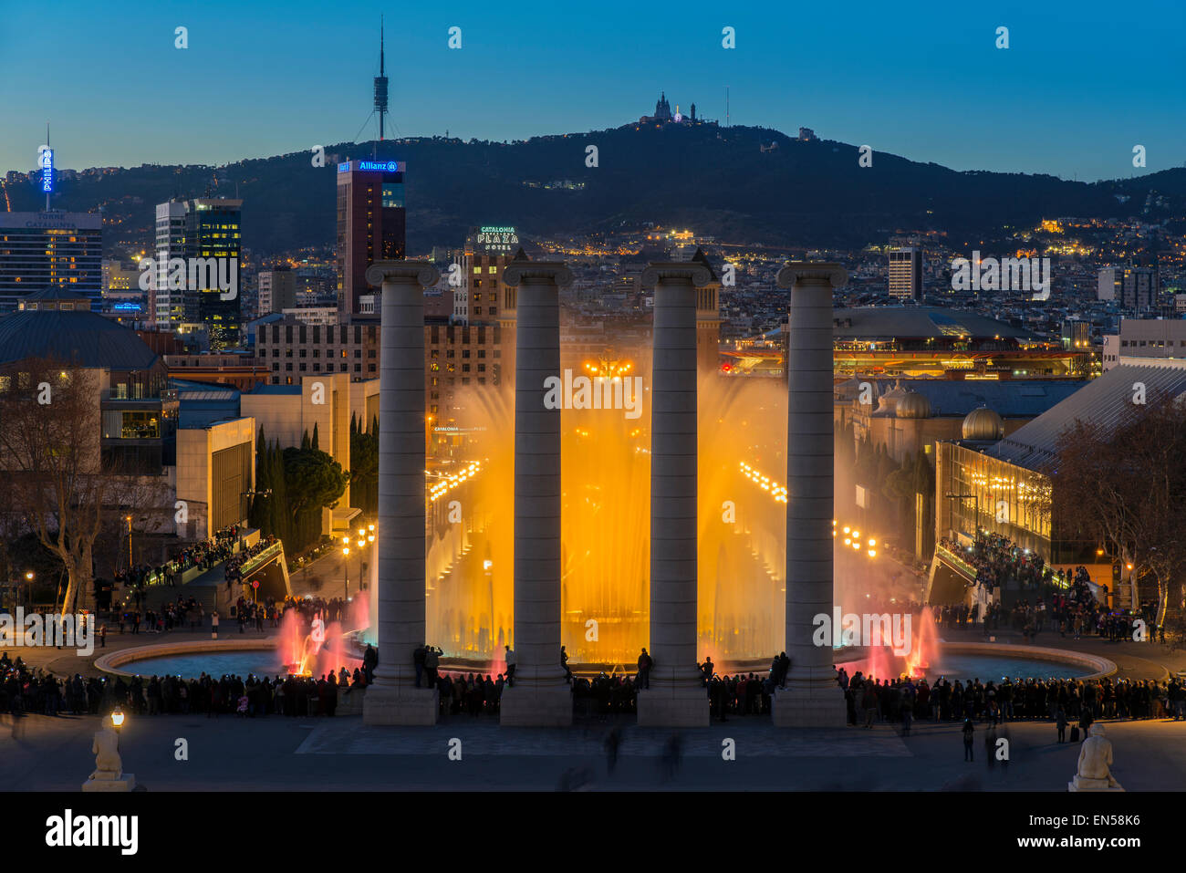Luz de noche show en Fuente Mágica o la Fuente Mágica de Montjuic, situado en Barcelona, Cataluña, España Foto de stock