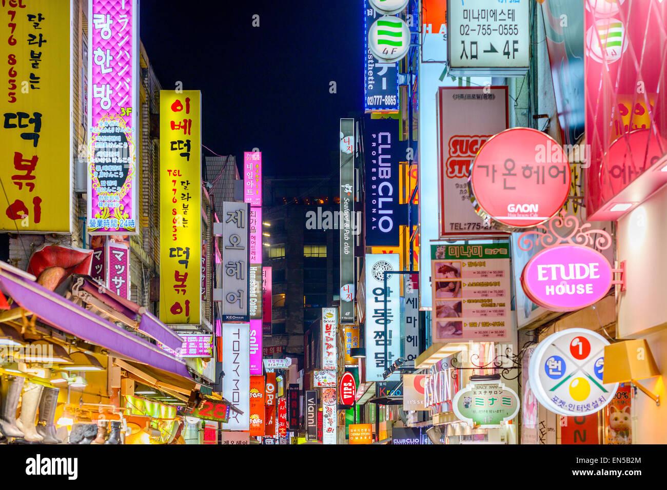 Seúl, Corea del Sur en Myeong-Dong. La ubicación es el distrito de Premiere para ir de compras en la ciudad. Imagen De Stock
