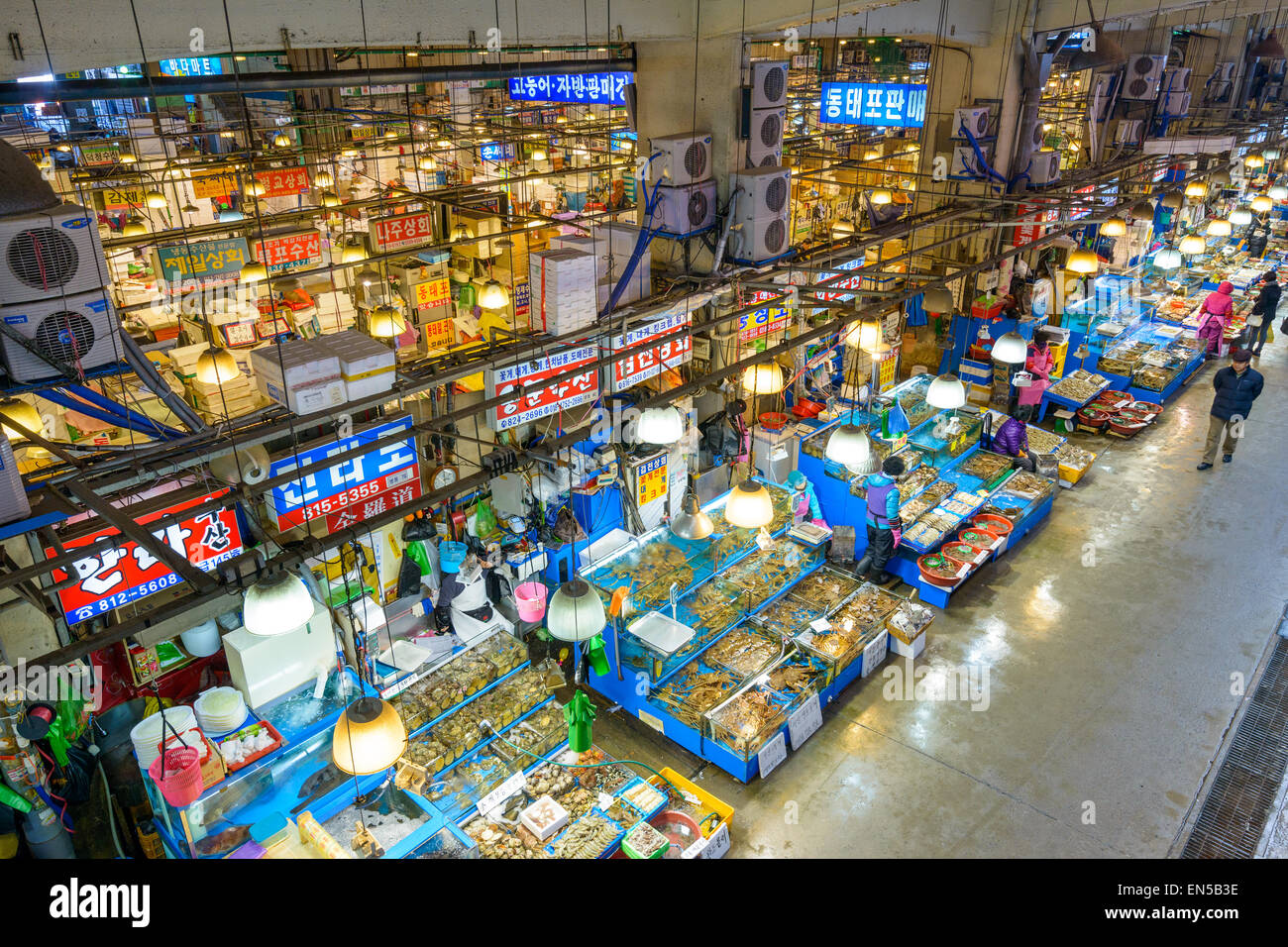 Vista aérea de compradores en el Mercado Mayorista Pesquero Noryangjin en Seúl, Corea del Sur. Foto de stock