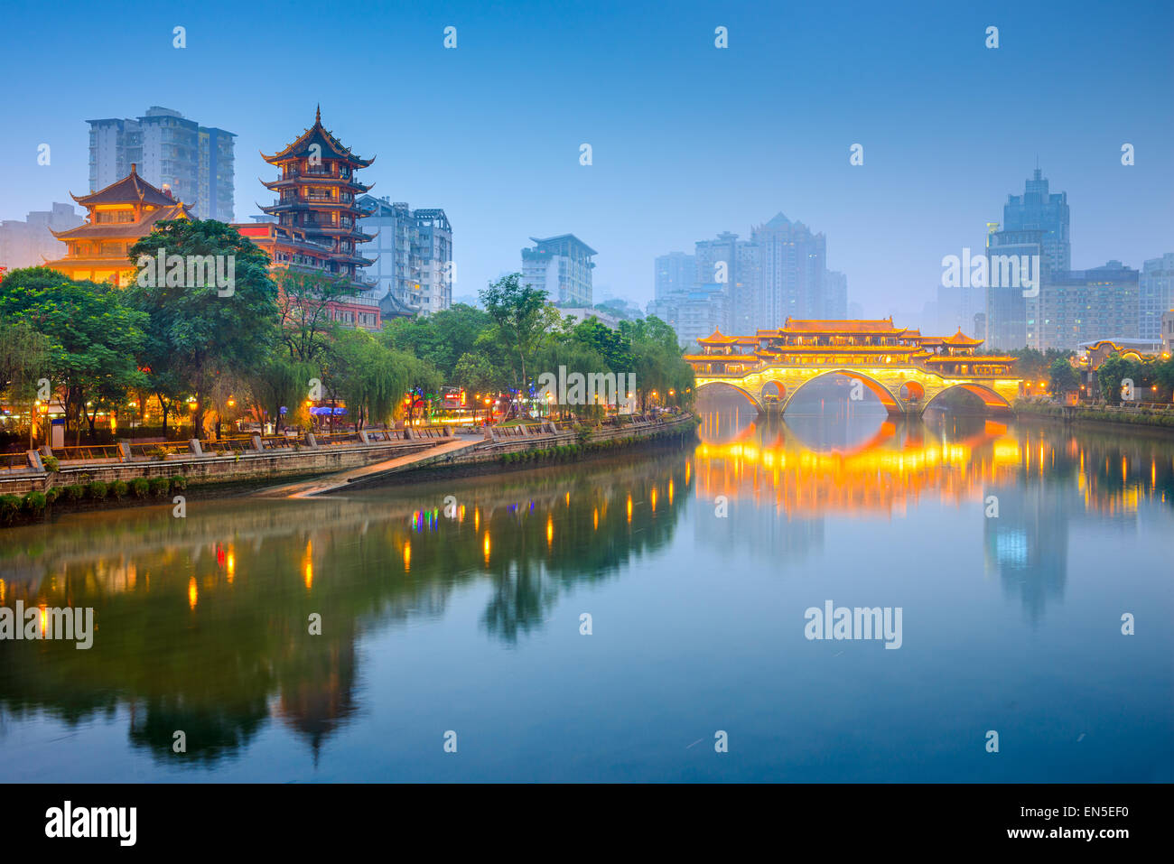 El horizonte de la ciudad de Chengdu, China sobre el río Jin con Anshun Bridge. Imagen De Stock