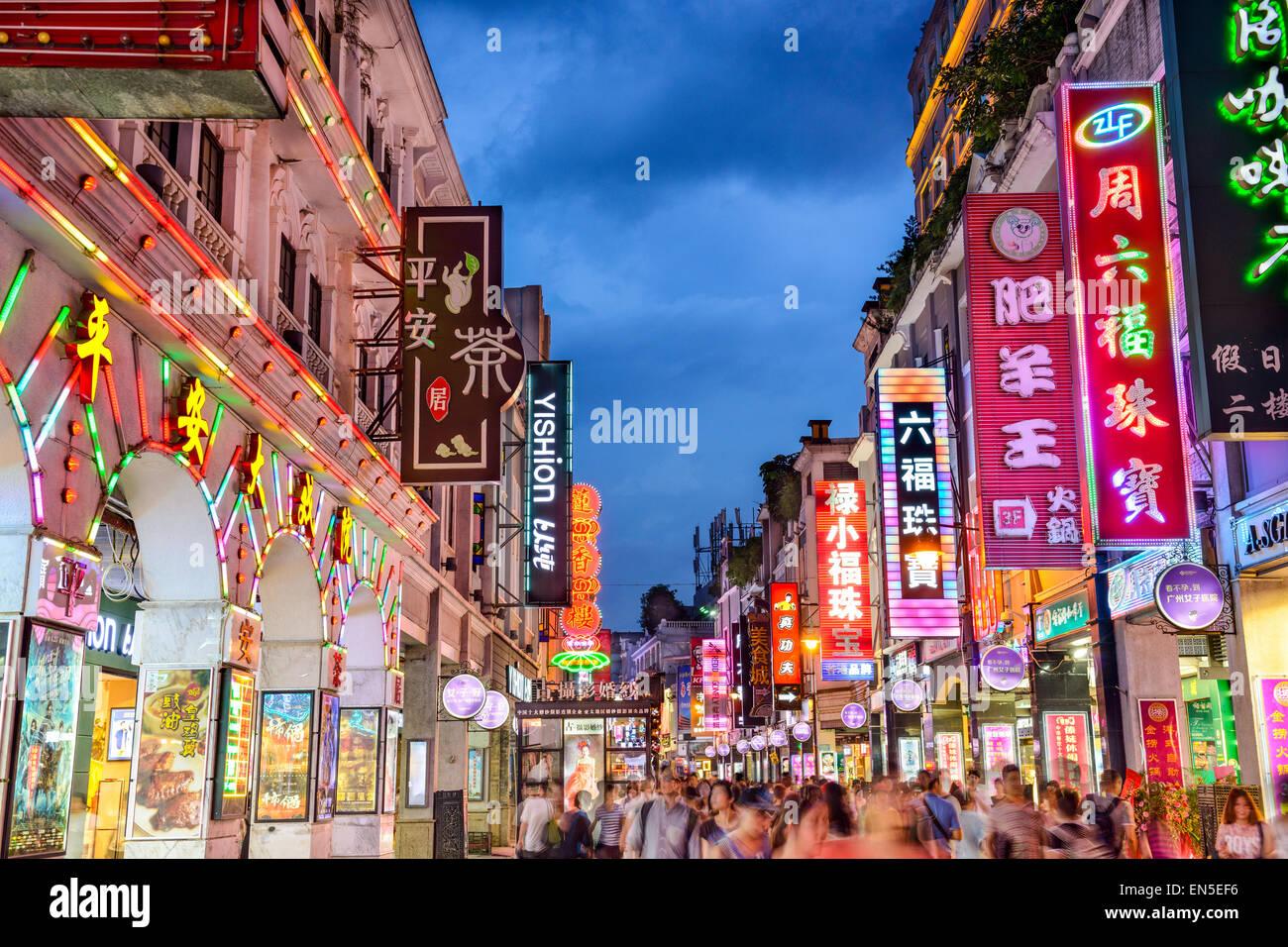 Los peatones pasan a través de la calle peatonal de Shangxiajiu en Guangzhou, China. Imagen De Stock