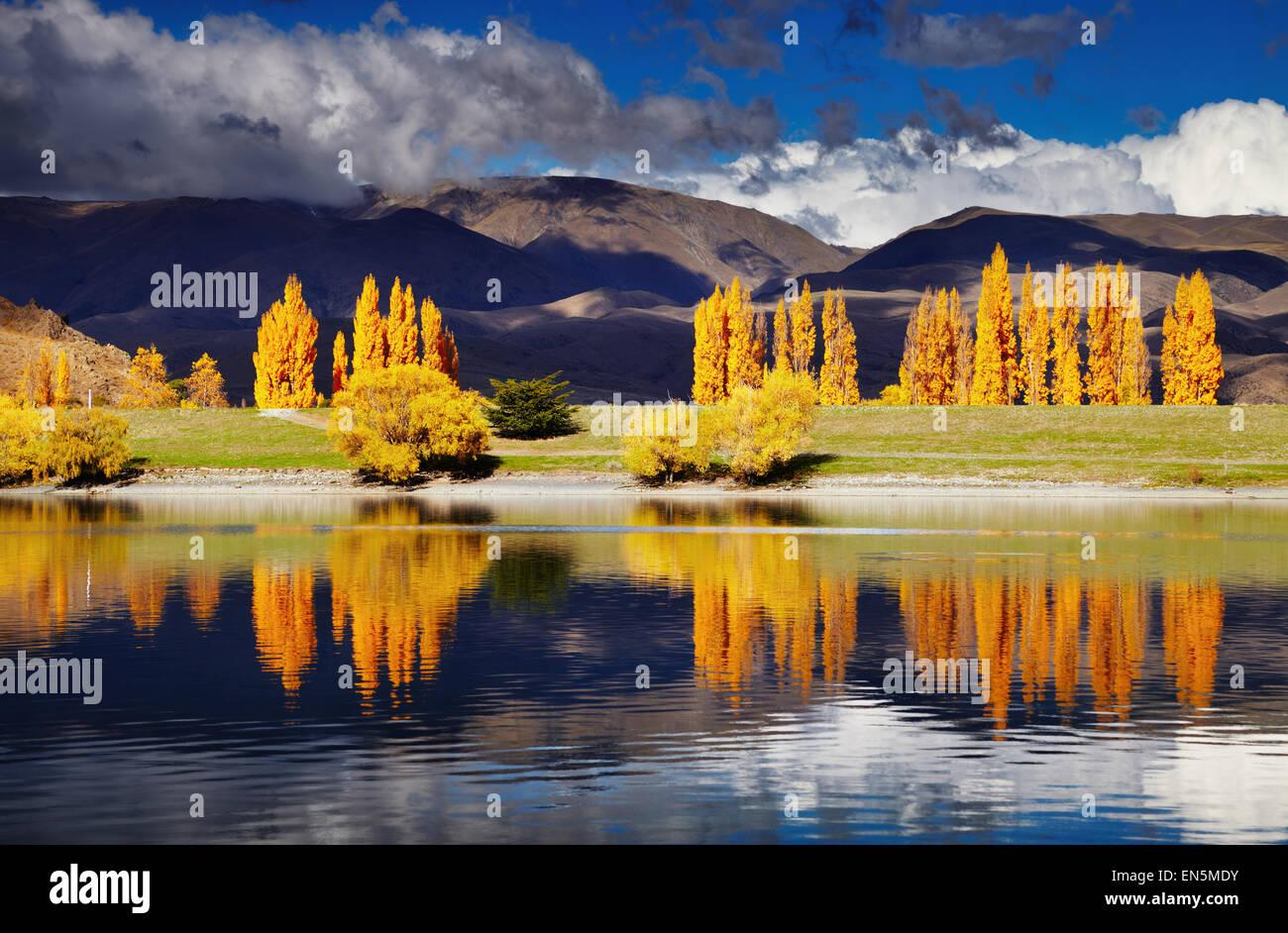 Paisaje de montaña en colores de otoño, el lago Benmore, Nueva Zelanda Foto de stock