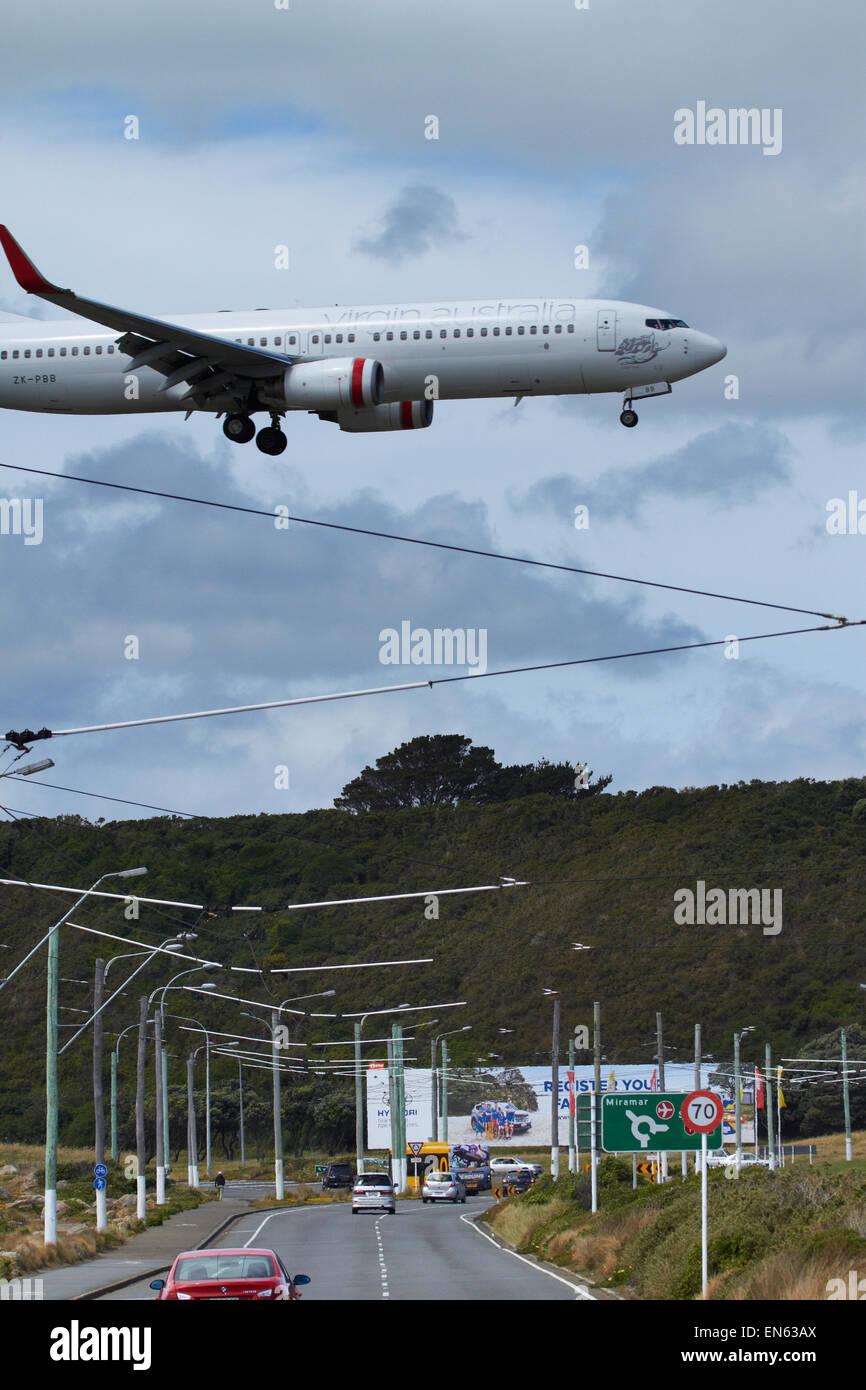 Australia Virgen Boeing 737-8FE aterrizando en el Aeropuerto Internacional de Wellington, Wellington, en la Isla Imagen De Stock