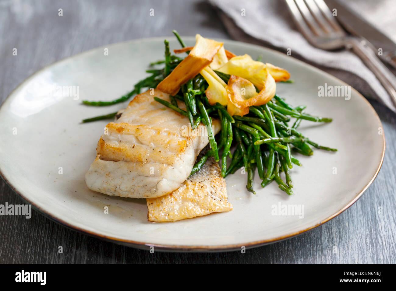 Filete de Lubina con alcachofa y samphire Imagen De Stock